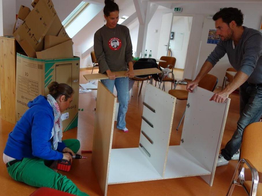 Teambuilding mal ganz anders: Aufbau von Möbeln in einer sozialen Einrichtung.