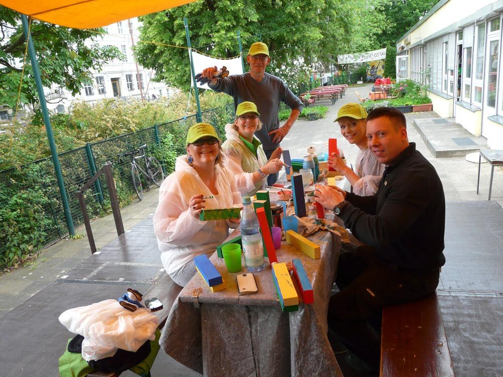 Soziales Teamevent: Malern von Spielzeug im Nachbarschaftszentrum.