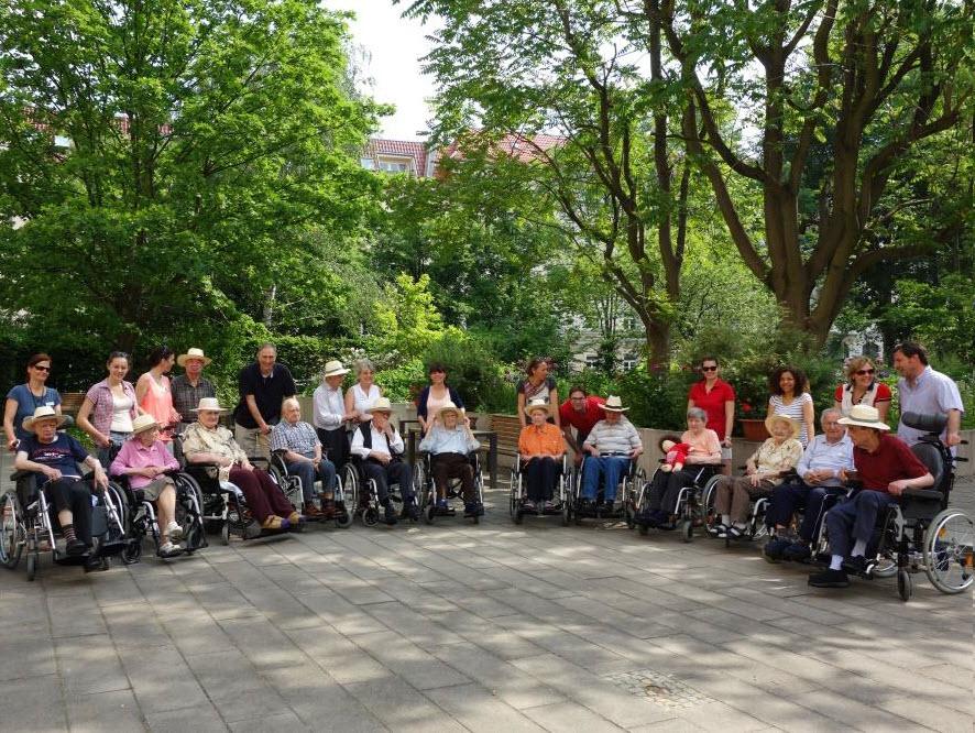 Teamevent Ideen: Ausflug mit beeinträchtigten Menschen in den sonnigen Britzer Garten.