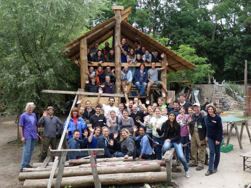 Beim Outdoor Training: Erbauung einer Hütte in dem Kinderbauernhof Pinke-Panke.