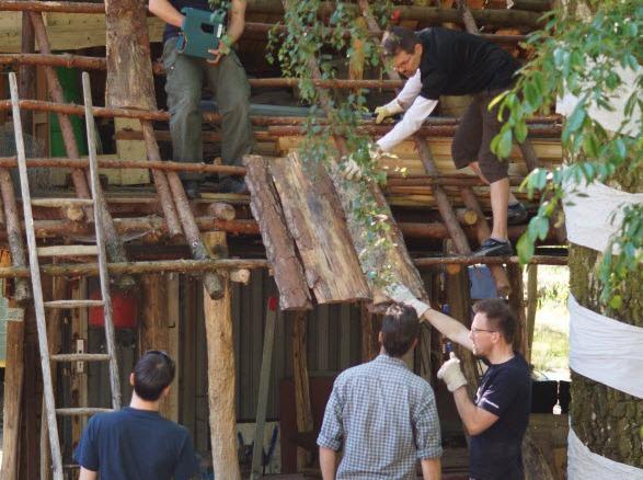 Während Outdoor Veranstaltungen: beispielsweise Bauen eines Dachs für einen Abenteuerspielplatz.