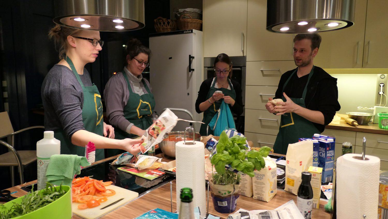 Die Mitarbeiter bereiten alles für das gemeinsame Kochen vor.