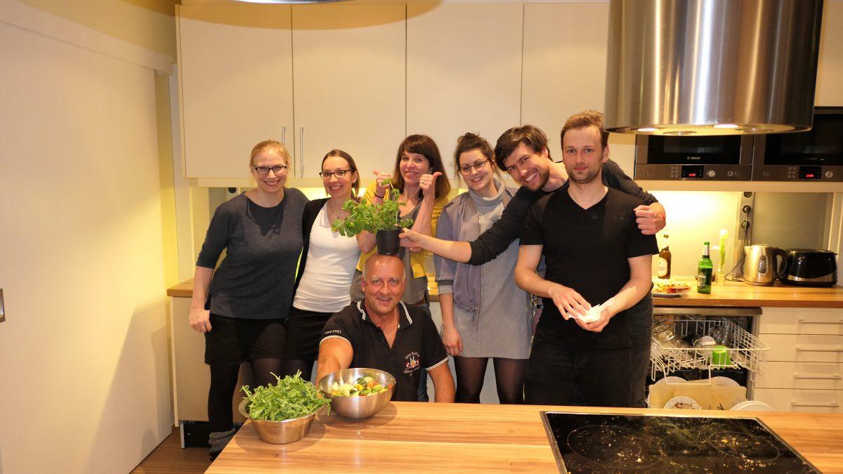 Gruppenfoto vom Team veedu, die als Teamevent gekocht haben.
