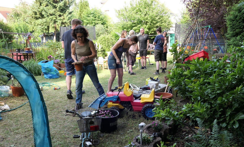 Mitarbeitern arbeiten beim Teambuilding im Garten
