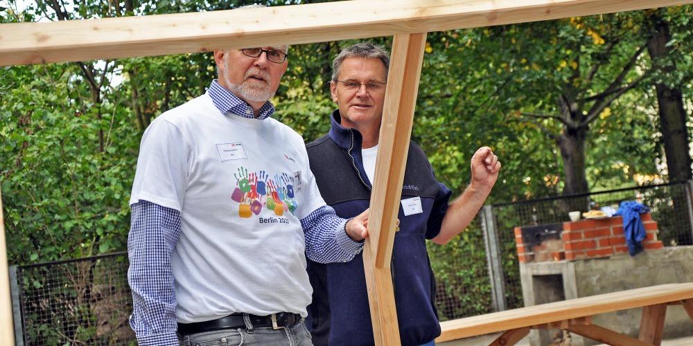 Fürhrungskräfte Betriebsausflug DB Sitzgruppe bauen